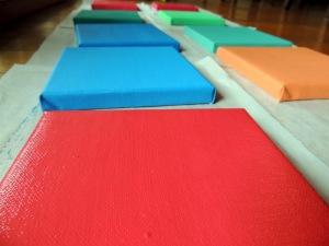 Leinwände in Lieblingsfarbe der Kinder anmalen