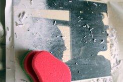 das Bild auf das Holz kleben und trocknen lassen. Mit einem Schwamm anfeuchten und das Papier abrubbeln
