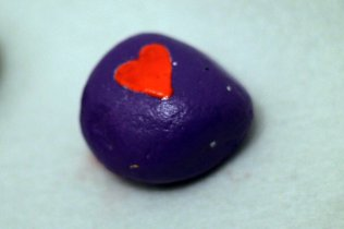 grundiert mit Acrylfarbe, das Herz ist mit Nagellack gemalt