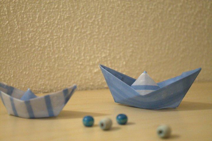 Papierschiffchen in Wachs getaucht